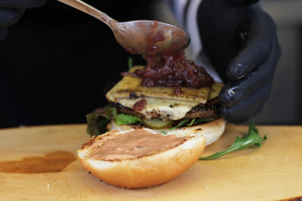 Making a Wild-Burger at Eber & Hirsch at Street Food auf Achse Berlin