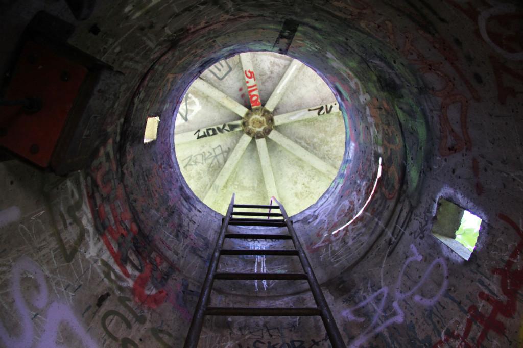 Eine Leiter in einem DDR-Ära-Wachturm in Berlin Weißensee hoch gucken