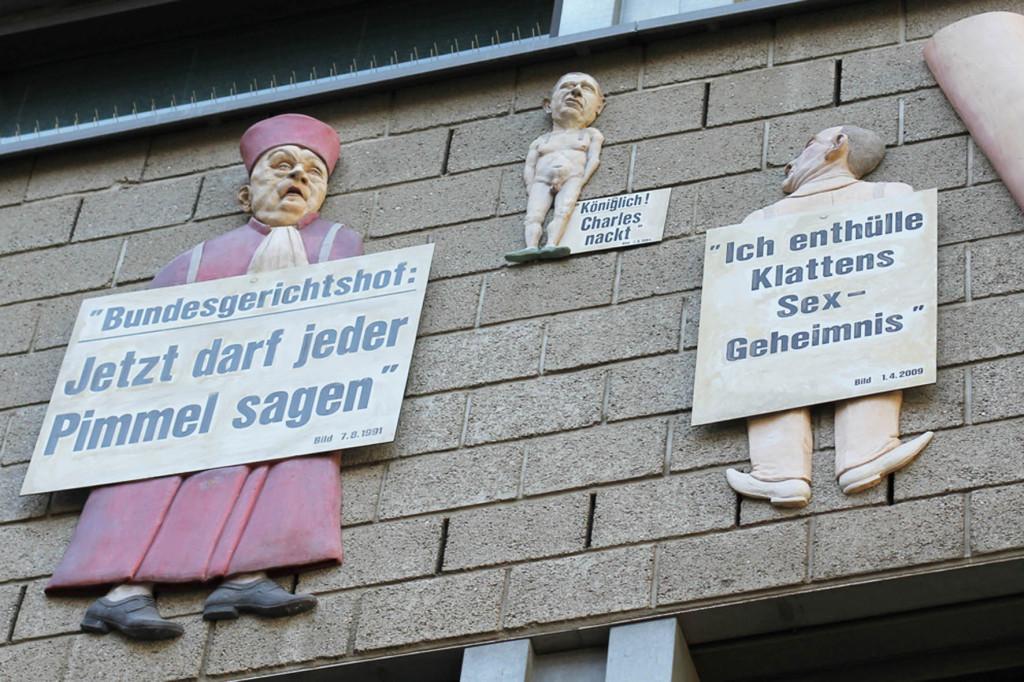 Einige der Besetzung auf dem Riesen Penis Relief (eine Kai Diekmann-Karikatur) - Friede sei mit Dir oder der Pimmel über Berlin von Peter Lenk - auf dem Bürogebäude der Tageszeitung (Taz) auf der Rudi-Dutschke-Straße in Berlin