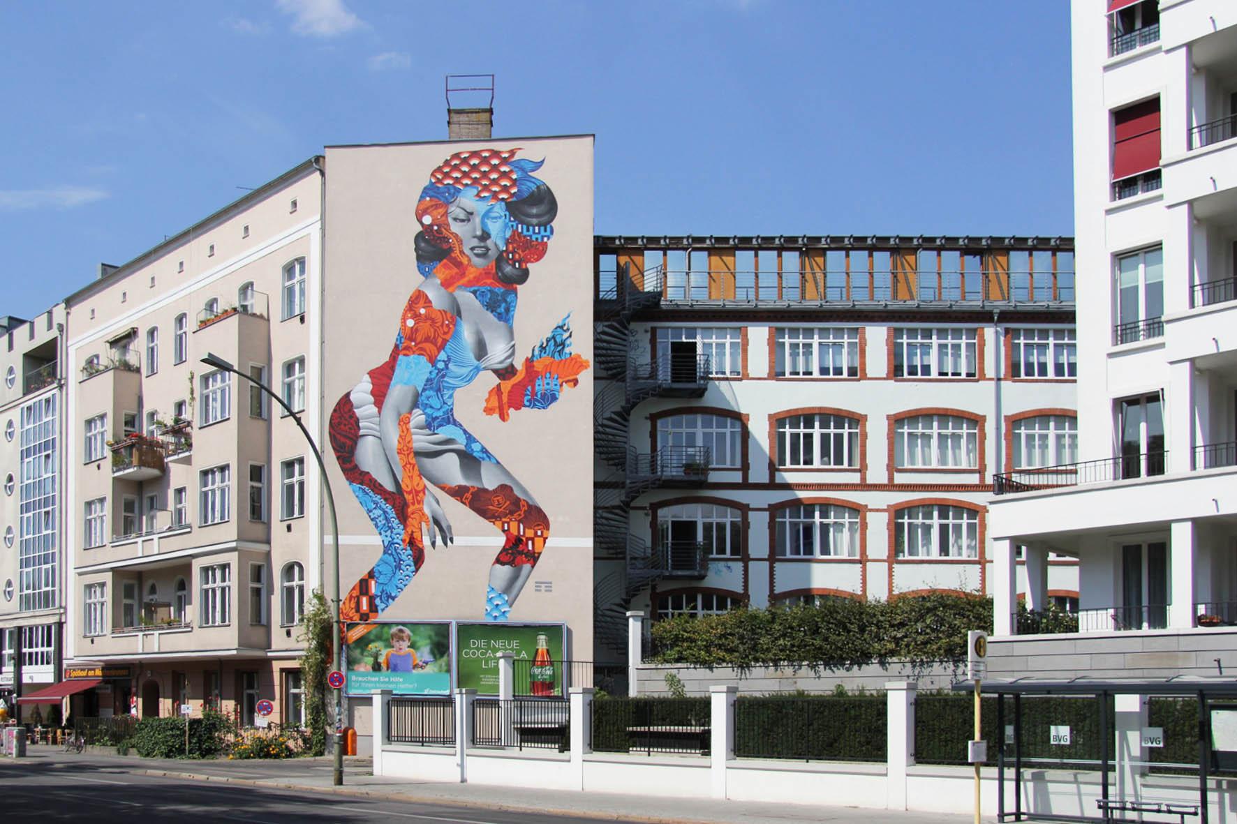 Das Street Art Mural Attack of the 50 Foot Socialite von Tristan Eaton deckt fast die gesamte Seitenansicht eines Gebäudes am Am Friedrichshain 33 in Berlin ab