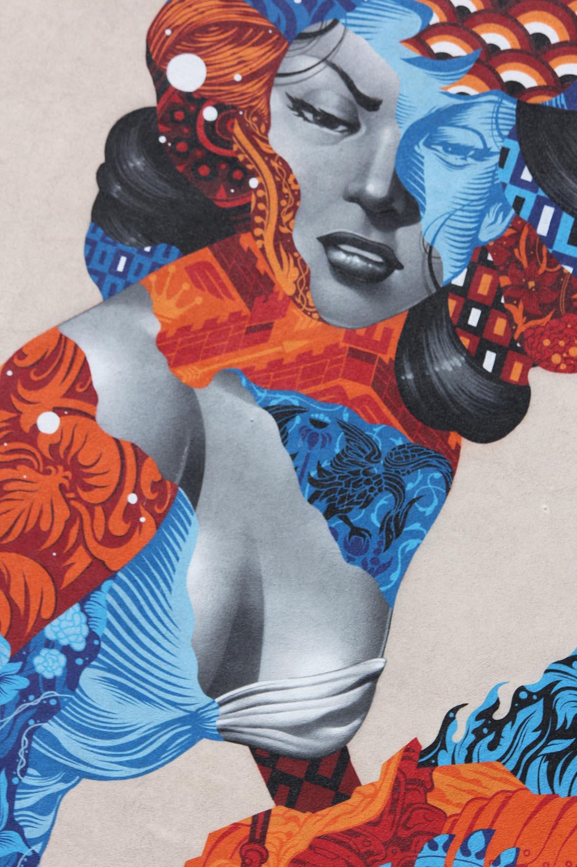 Eine Nahaufnahme des Gesichts und Oberkörpers des Street Art Murals Attack of the 50 Foot Socialite von Tristan Eaton am Am Friedrichshain 33 in Berlin
