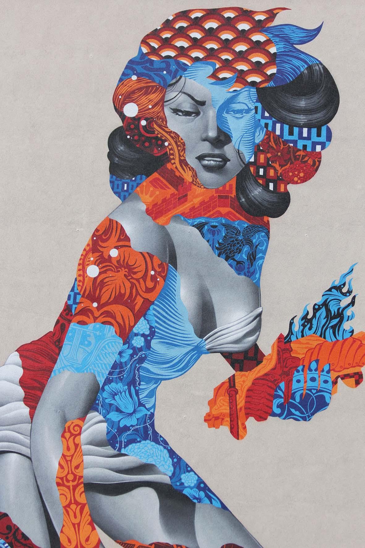 Eine Nahaufnahme des Street Art Murals Attack of the 50 Foot Socialite von Tristan Eaton am Am Friedrichshain 33 in Berlin