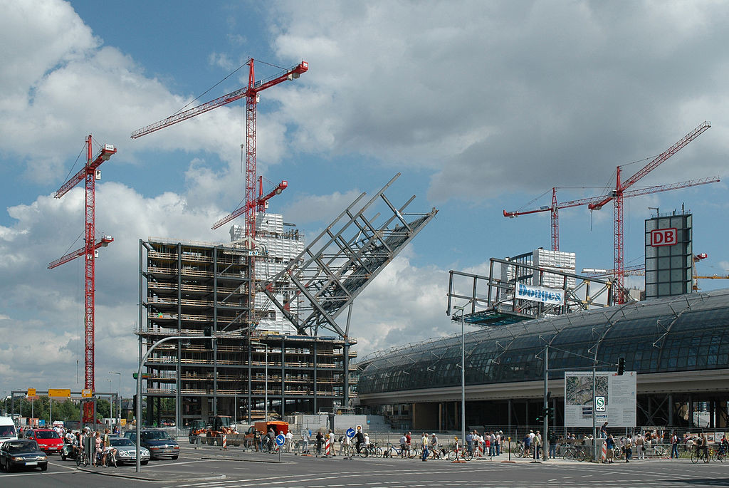 The two towers at the Berlin Hauptbahnhof train station being lowered to create a bridge over the glass roof of the station that would later house offices during construction in July 2005.