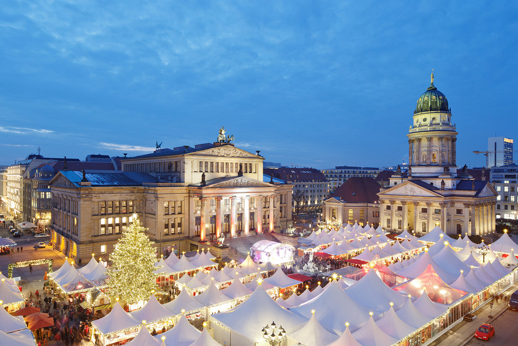 WeihnachtsZauber Gendarmenmarkt in Berlin seen from above - photo by Michael Setzpfandt - A Glühwein stand at Lucia Weihnachtsmarkt in der Kulturbrauerei - one of the best Berlin Christmas markets