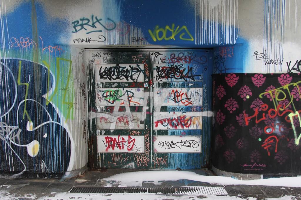 Die Türen des Bierpinsels, einem brutalistischen Turm in Berlin-Steglitz, auf der Schildhornstraße