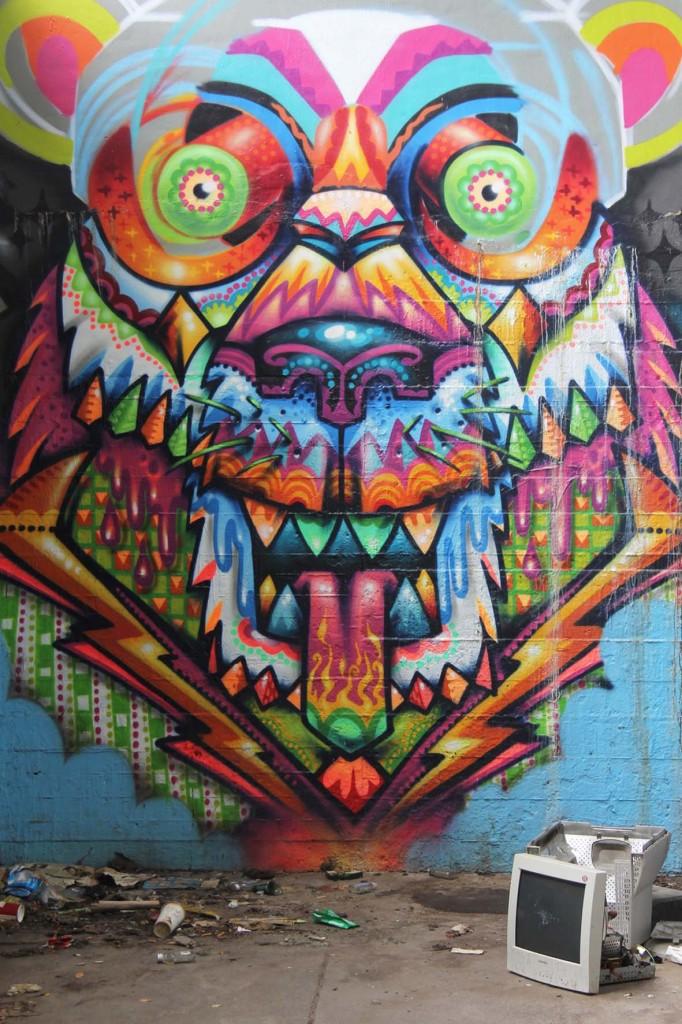 Der psychedelische Bär auf der Wand des Bierpinsels, einem brutalistischen Turm in Berlin-Steglitz