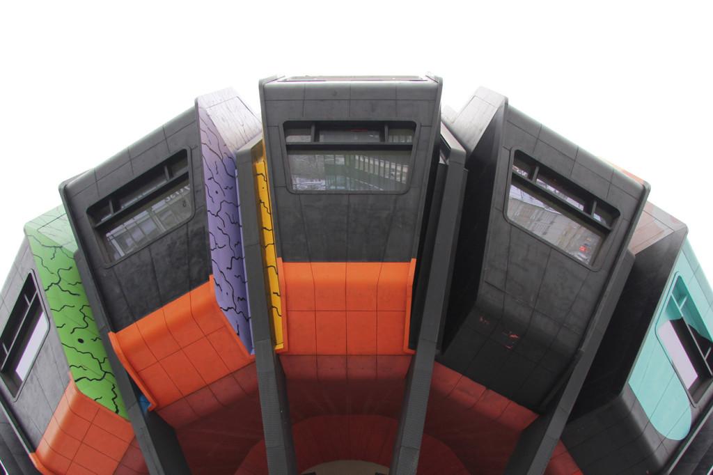 Die mehrfarbige Krone des Bierpinsels, einem brutalistischen Turm in Berlin-Steglitz