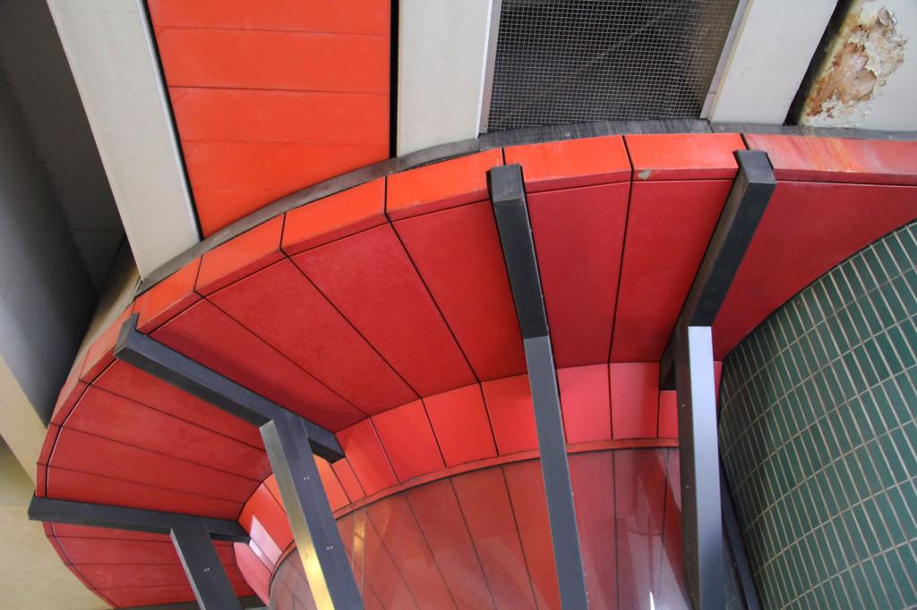Die mehrfarbige Unterseite des Bierpinsels, einem brutalistischen Turm in Berlin-Steglitz, von der Schloßstraße betrachtet