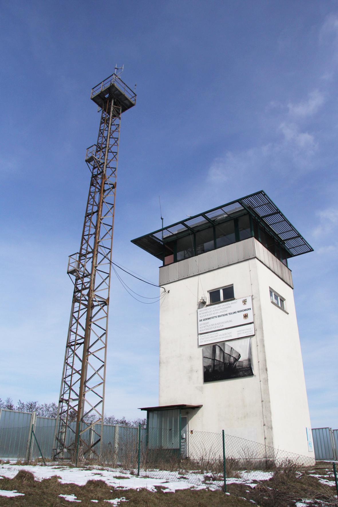 Wachturm an der Gedenkstätte Deutsche Teilung Marienborn am Checkpoint Alpha