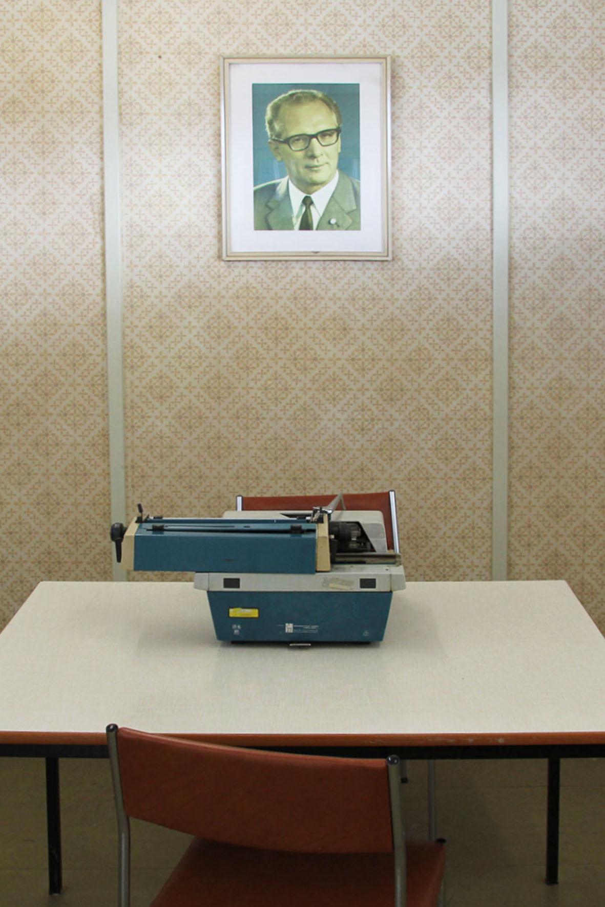 Ein Büro in dem Zollamt (mit Porträt von Erich Honecker) an der Gedenkstätte Deutsche Teilung Marienborn am Checkpoint Alpha