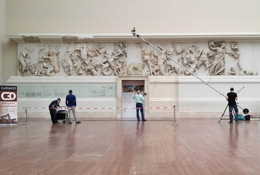 Employees of Fraunhofer IGD during the photogrammetric detection of the frieze of the Pergamon Altar in the Pergamon Museum on Museumsinsel (Museum Island) in Berlin © Fraunhofer IGD