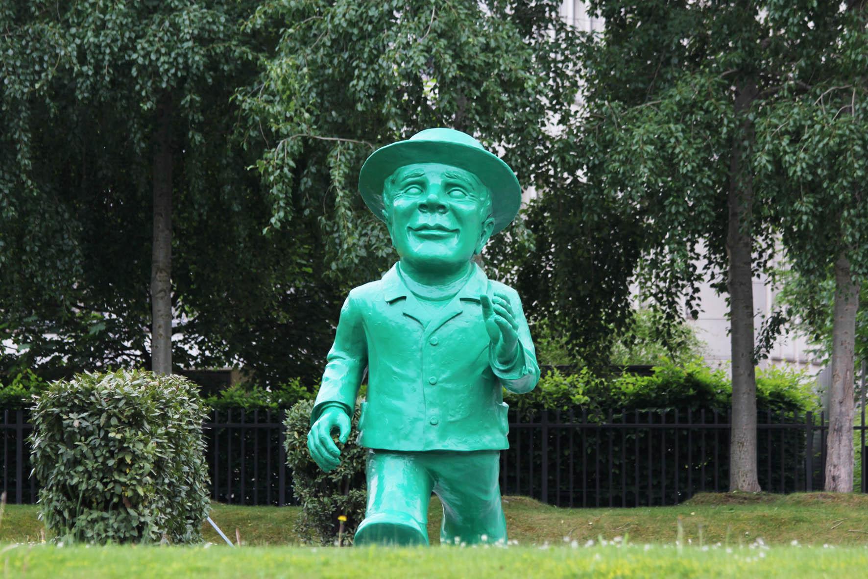 Die riesige Ampelmann Statue von Ottmar Hörl für das 25-jährige Jubiläum der deutschen Wiedervereinigung vor der Hessischen Landesvertretung in Berlin von vorne gesehen