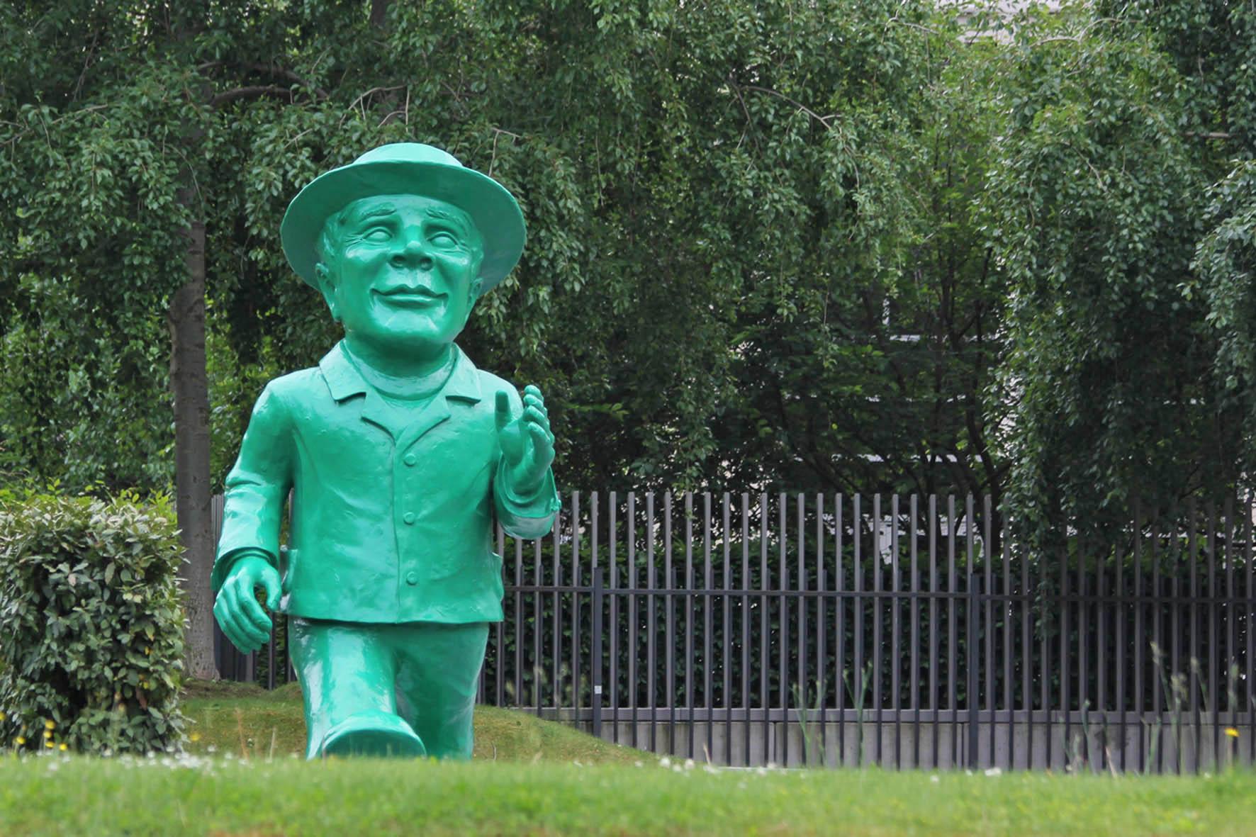 Die 3,5m-große riesige Ampelmann Statue von Ottmar Hörl für das 25-jährige Jubiläum der deutschen Wiedervereinigung vor der Hessischen Landesvertretung in Berlin von vorne gesehen