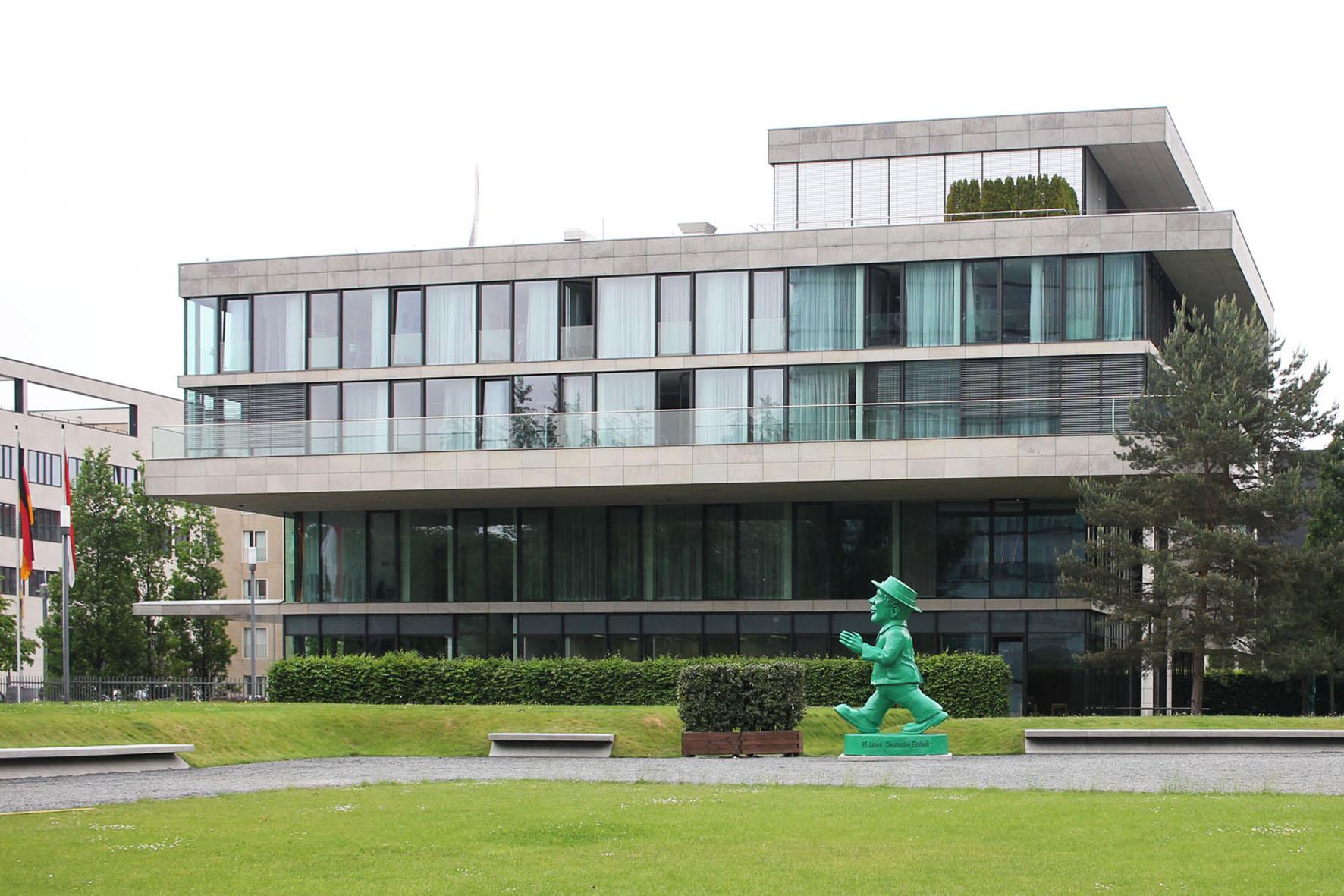 Die riesige Ampelmann Statue von Ottmar Hörl für das 25-jährige Jubiläum der deutschen Wiedervereinigung vor der Hessischen Landesvertretung in Berlin