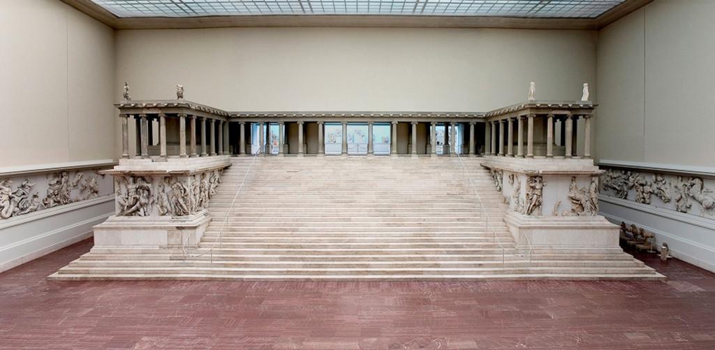 An overall view of the Pergamon Altar in the Pergamon Museum on Museumsinsel (Museum Island) in Berlin © Staatliche Museen zu Berlin, Antikensammlung / Photo: Johannes Laurentius