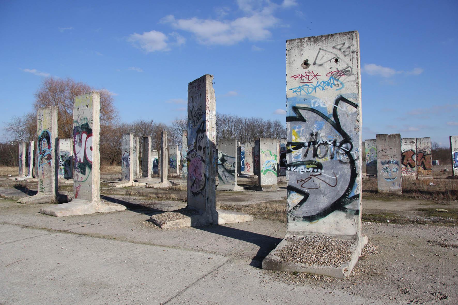 berlin wall graveyard teltow s east side gallery. Black Bedroom Furniture Sets. Home Design Ideas