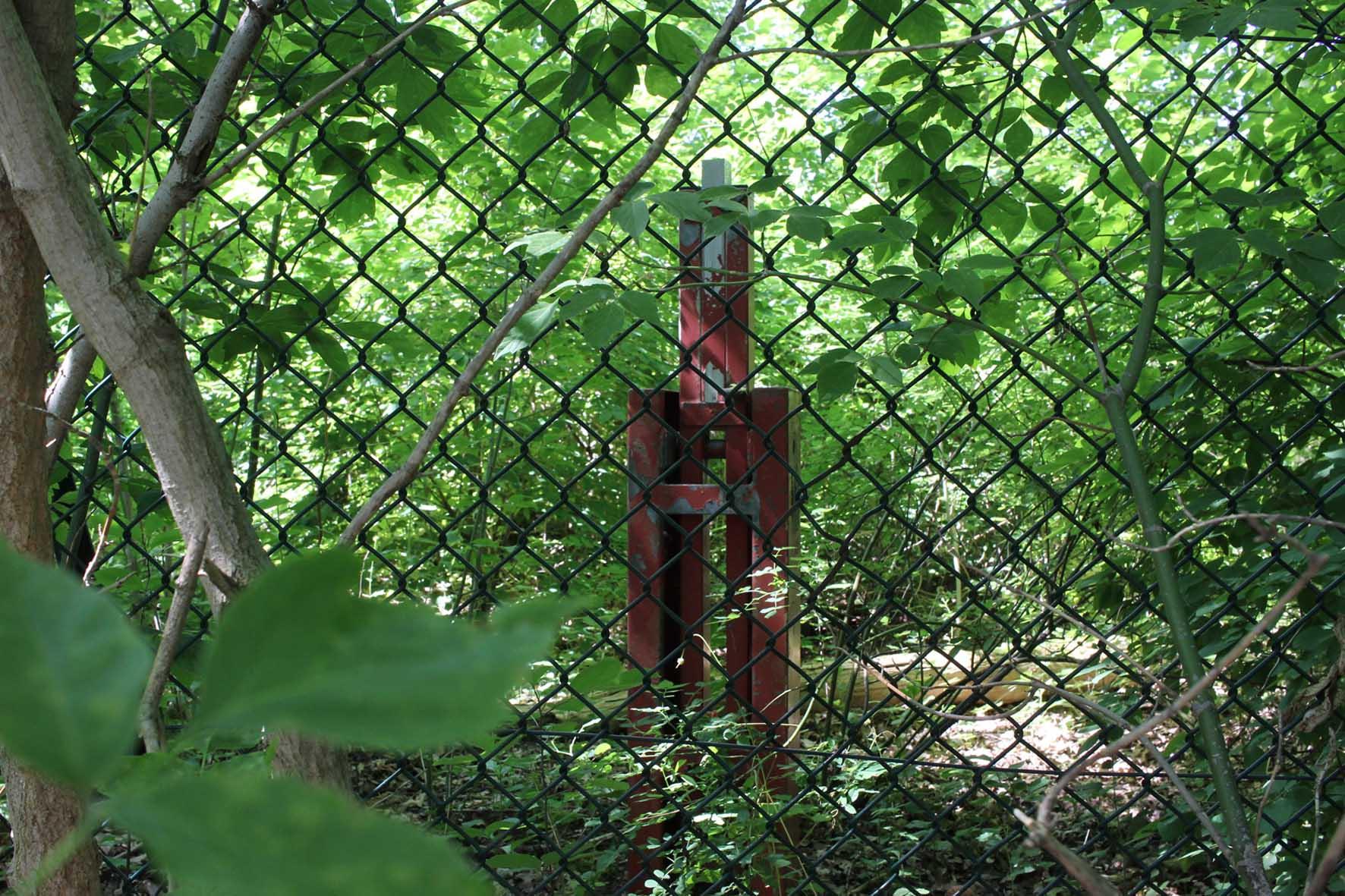 Eine ehemalige Barriere durch dem Grenzzaun Parks Range und Doughboy City - ein ehemaliger Truppenübungsplatz der US Army Berlin Brigade - gesehen