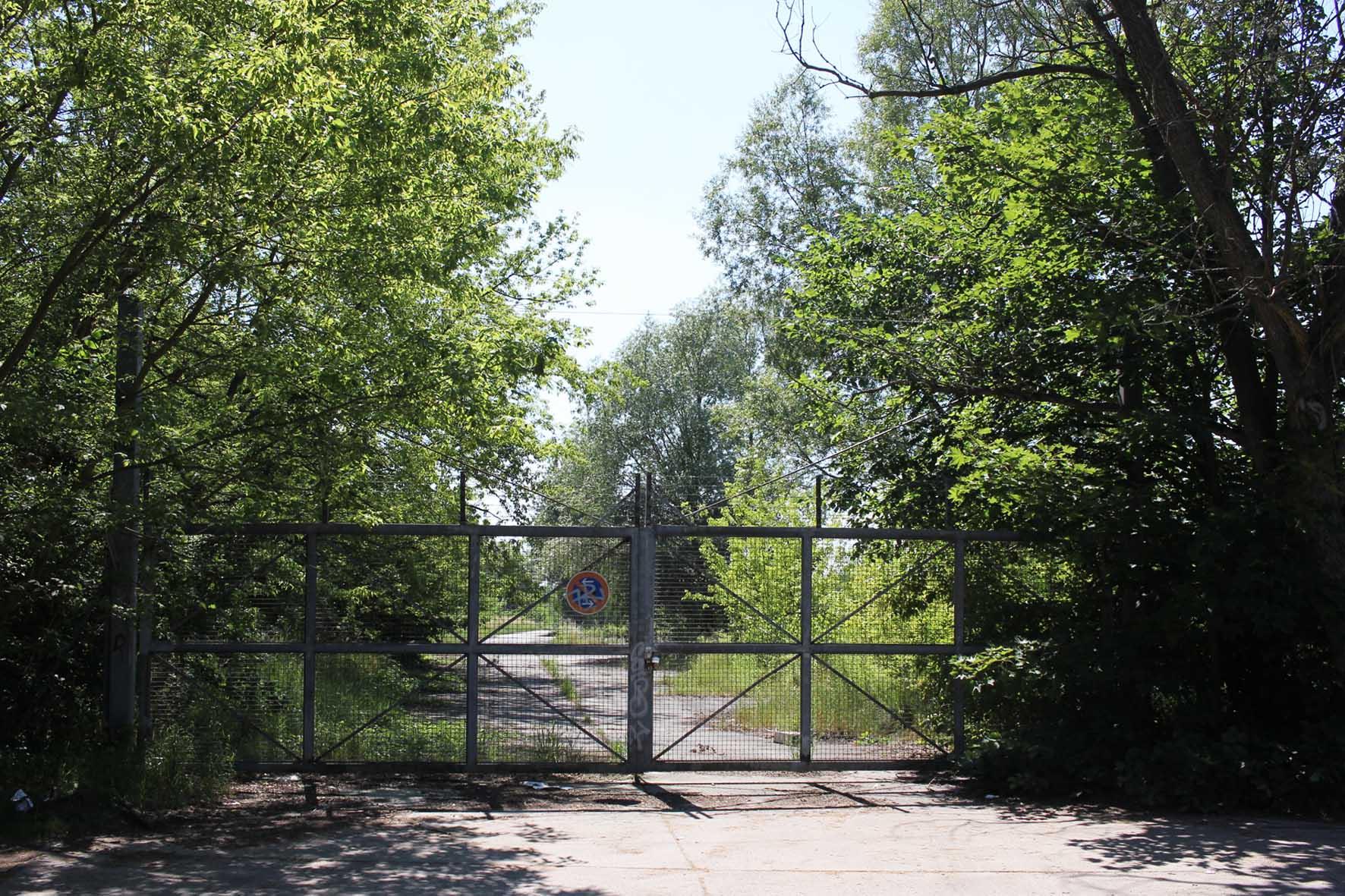 Das Eingangstor für bereifte Fahrzeuge auf der Osdorfer Strasse am Parks Range und Doughboy City - ein ehemaliger Truppenübungsplatz der US Army Berlin Brigade