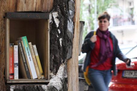 rp_Woman-Walks-Past-Bücherwald-Berlin-1024x682.jpg