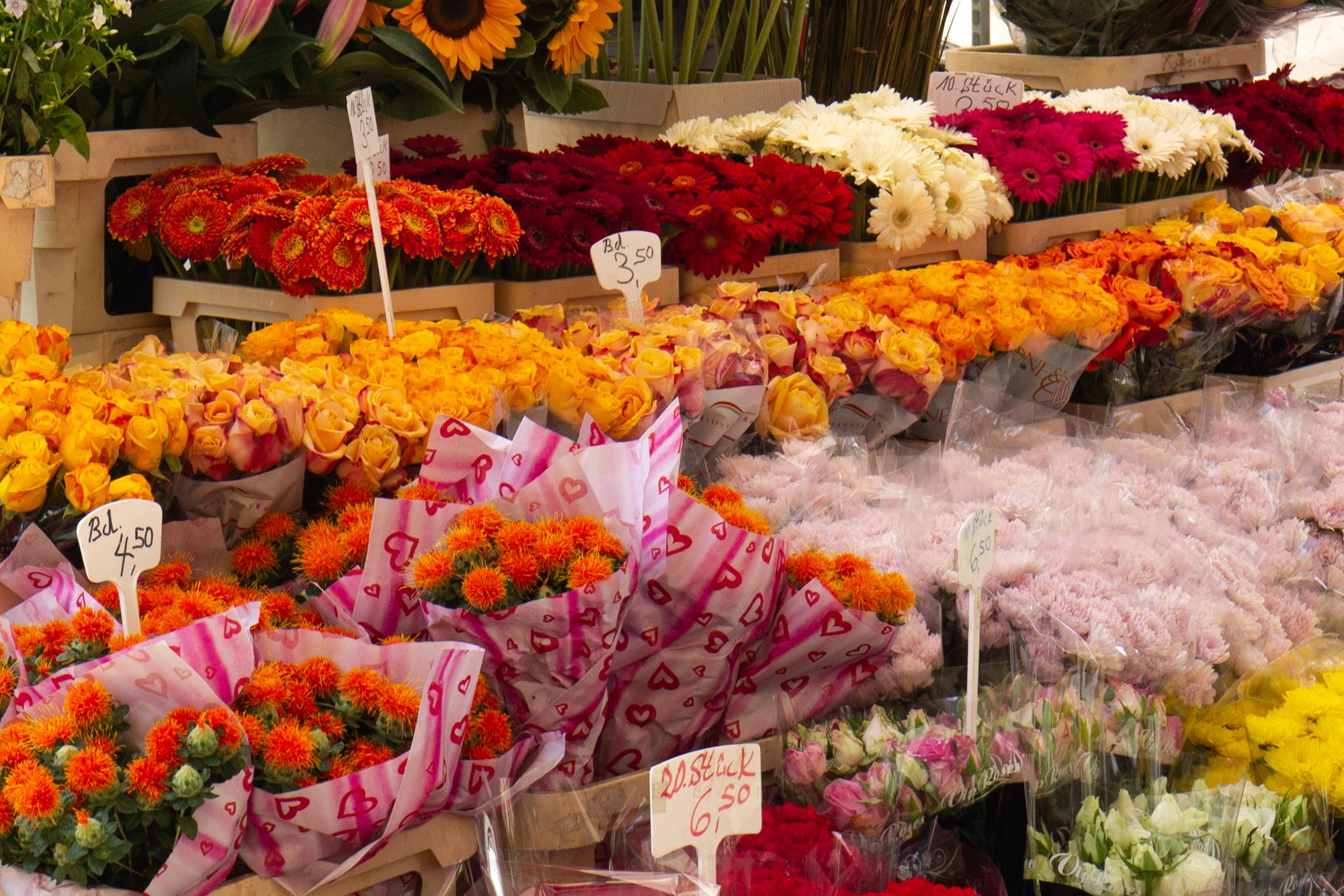 Blumen auf dem sehr bunten türkischen Markt am Maybachufer in Berlin Neukölln