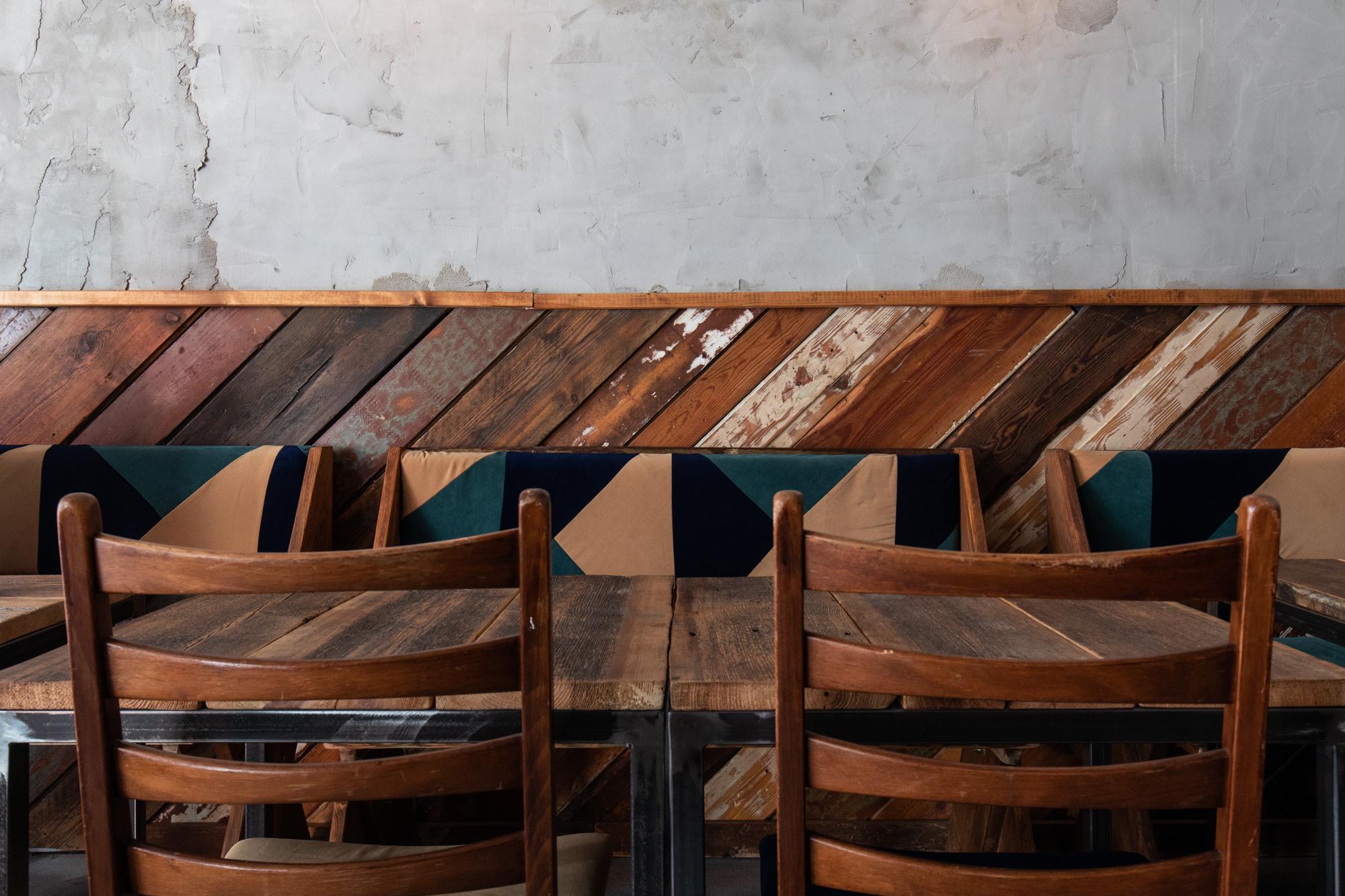 Möbel im Seitenraum im Protokoll Taproom Berlin, eine Craft Beer Bar mit 24 Zapfhähne in Berlin Friedrichshain