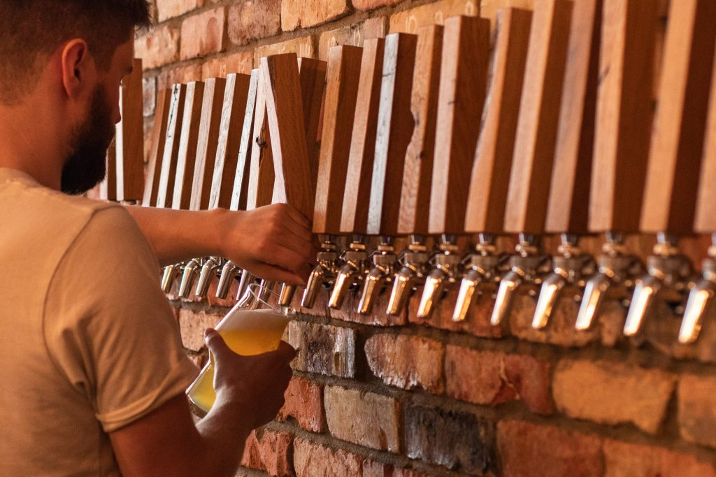 Tom pouring a Steady Rolling Man by DEYA Brewing Company at Muted Horn, a craft beer bar in Berlin Neukölln