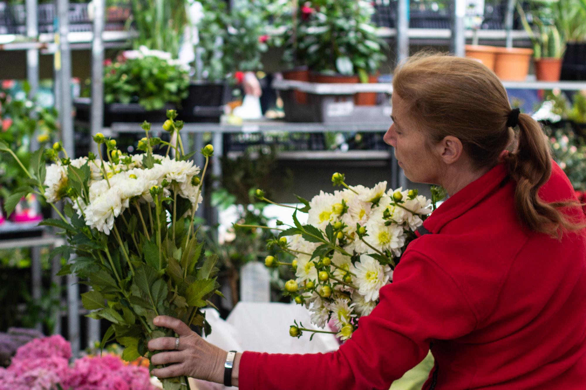 Blumen verkaufen auf dem sehr bunten türkischen Markt am Maybachufer in Berlin Neukölln