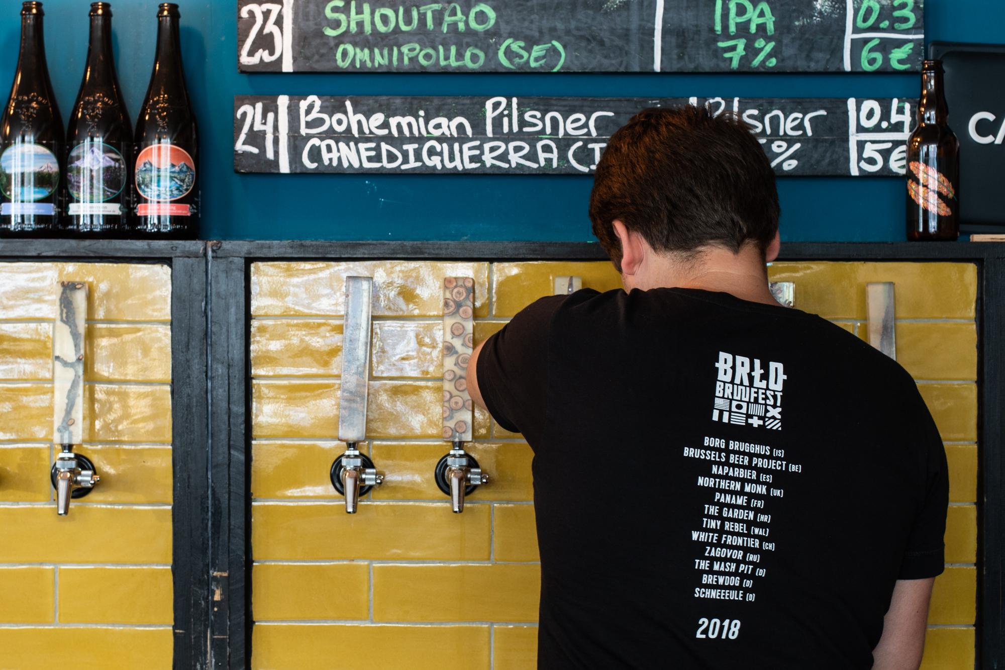 Vadim zapft ein Bier im Protokoll Taproom Berlin, eine Craft Beer Bar mit 24 Zapfhähne in Berlin Friedrichshain