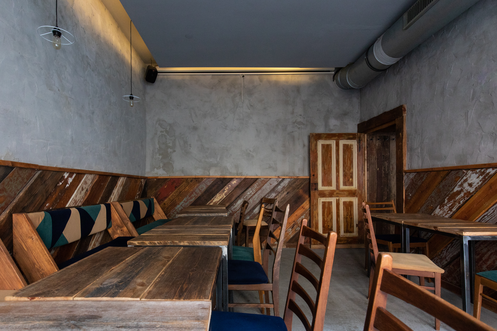 The side room at Protokoll Taproom Berlin, a craft beer bar with 24 taps in Berlin Friedrichshain