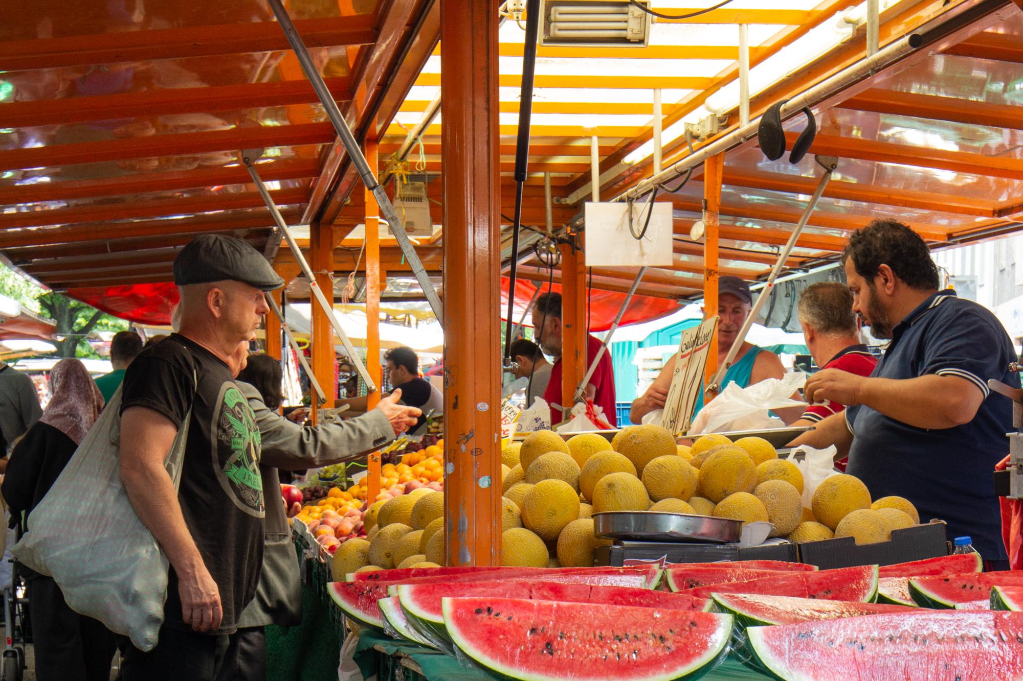Ein Obst- und Gemüsestand auf dem sehr bunten türkischen Markt am Maybachufer in Berlin Neukölln
