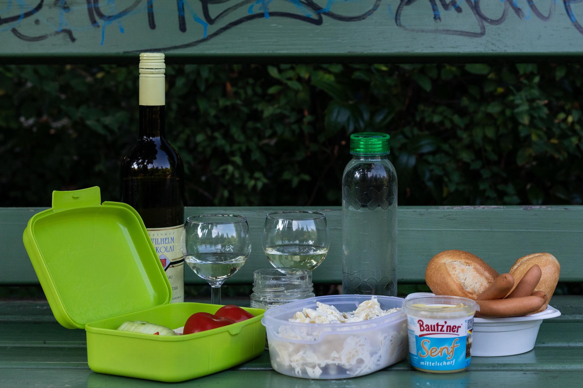 Ein Picknick am Rheingauer Weinbrunnen - eine Holzhütte, die Weine aus dem Rheingau-Taunus in Hessen am Rüdesheimer Platz in Berlin Wilmersdorf serviert