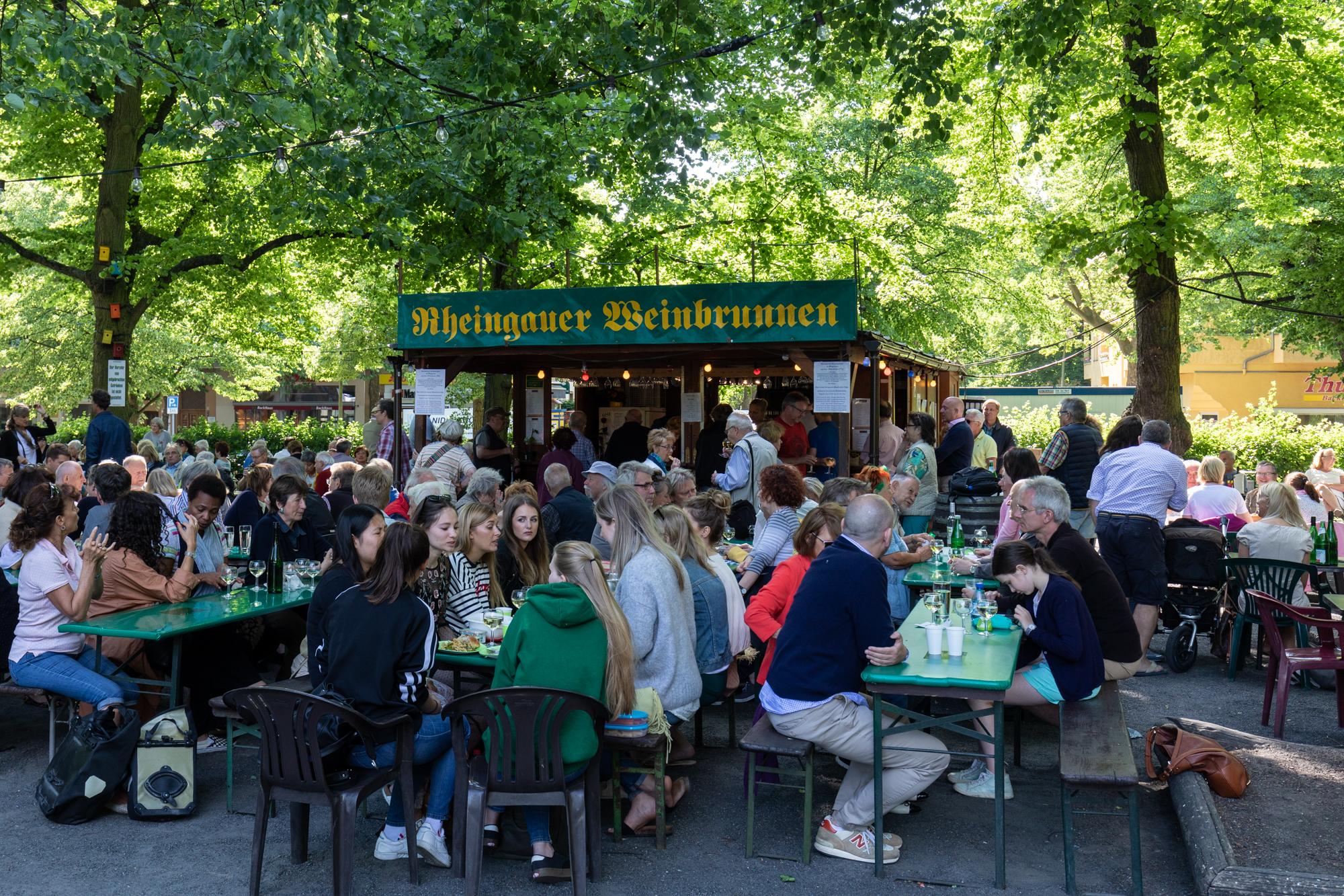 Rheingauer Weinbrunnen - eine Holzhütte, die Weine aus dem Rheingau-Taunus in Hessen am Rüdesheimer Platz in Berlin Wilmersdorf serviert