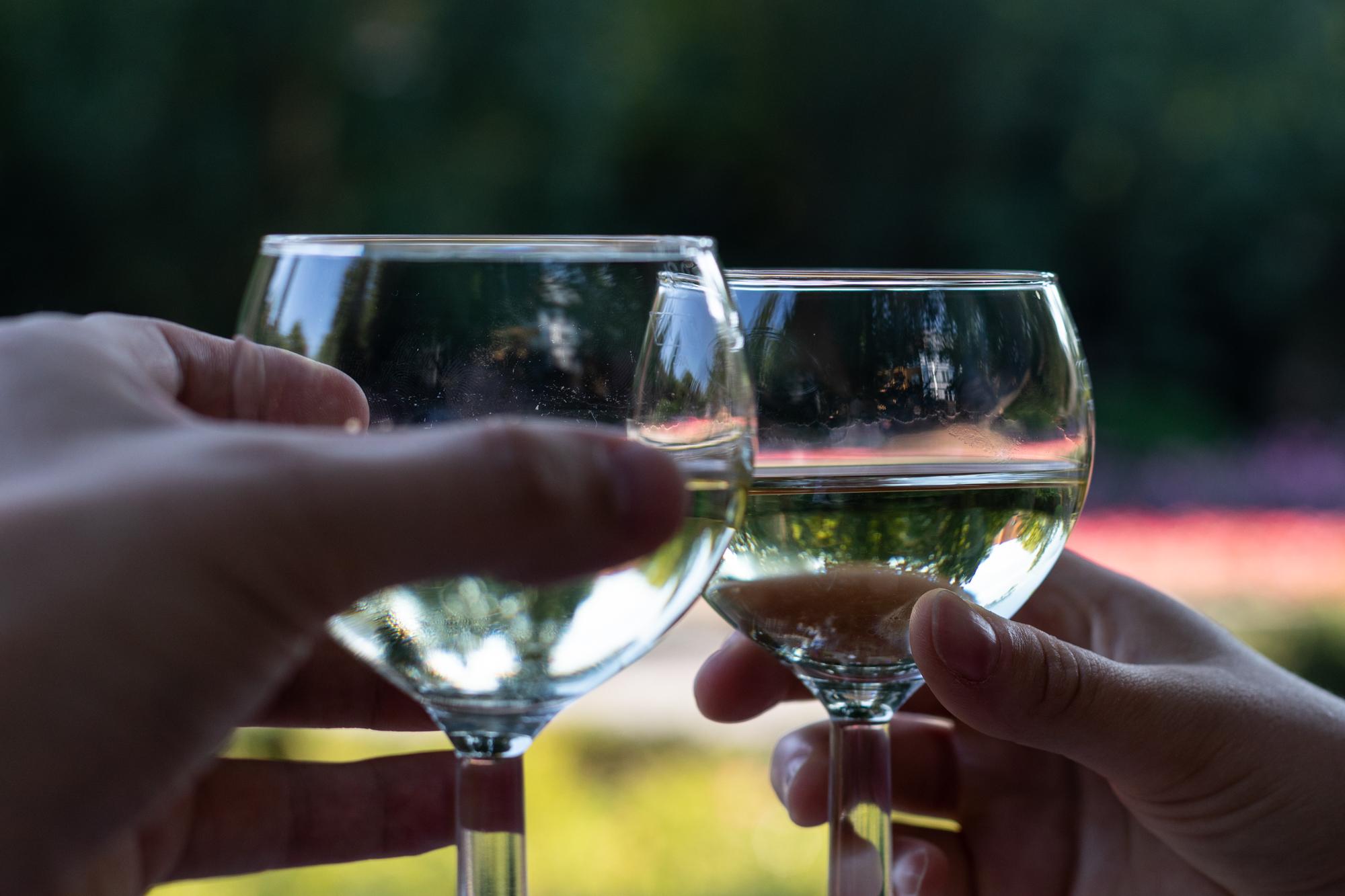 Weingläser am Rheingauer Weinbrunnen - eine Holzhütte, die Weine aus dem Rheingau-Taunus in Hessen am Rüdesheimer Platz in Berlin Wilmersdorf serviert